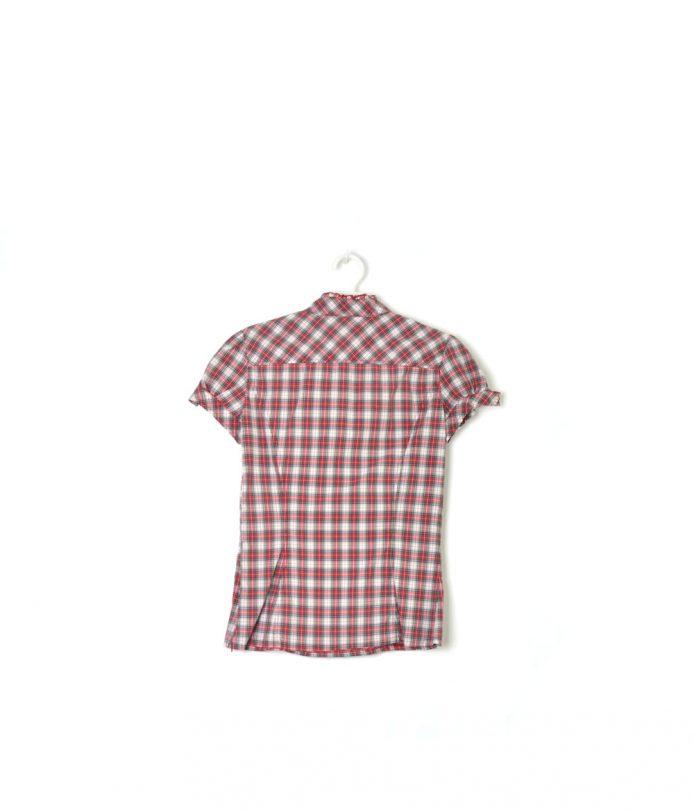 camisa cuadros manga corta rojo, blanco y negro fórmula joven espalda