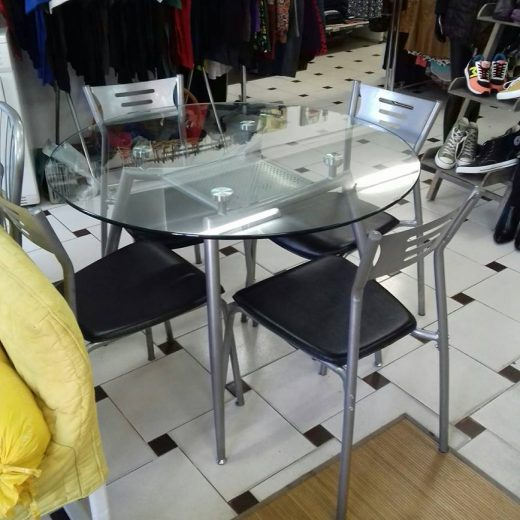 mesa redonda cistal templado y cuatro sillas