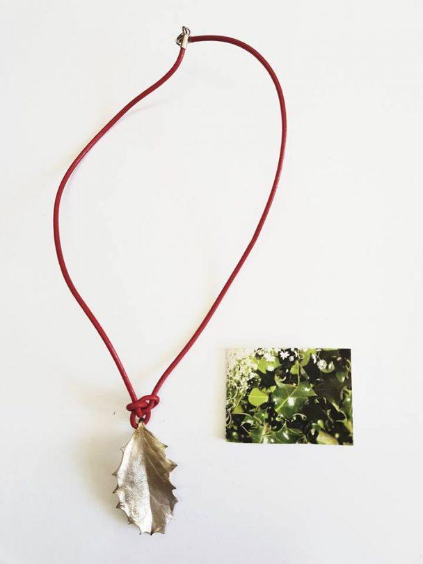 colgante cordon rojo acebo plata