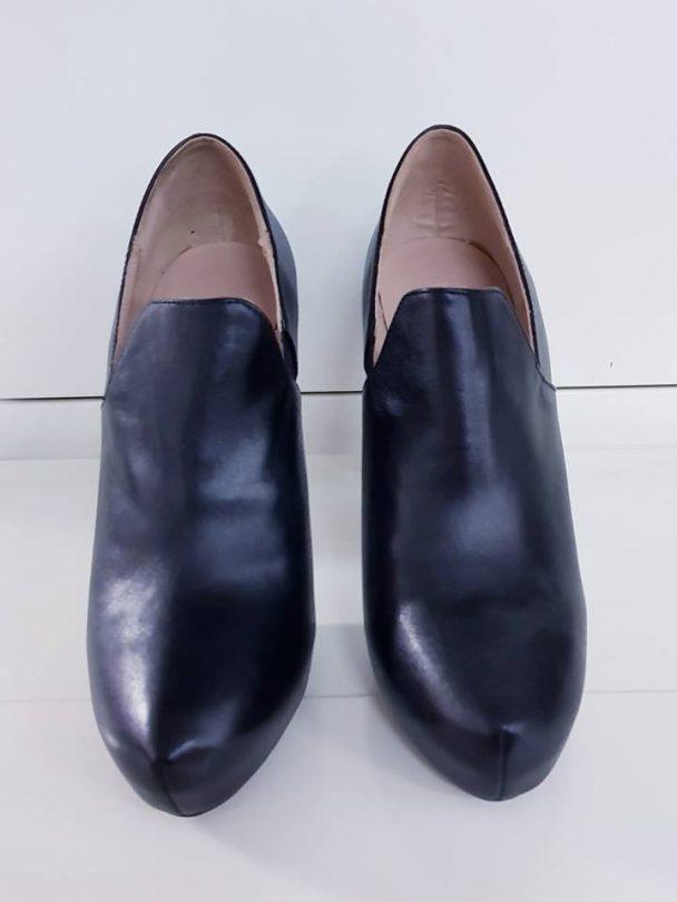 zapatos negros bimba y lola piel frente