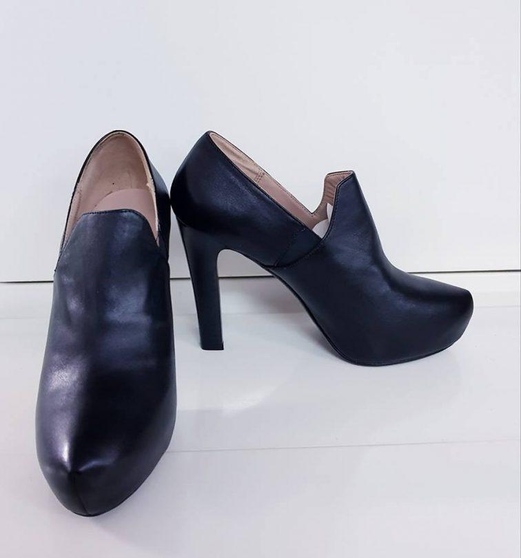 zapatos negros tacón bimba y lola perfil