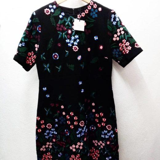 Vestido negro estampado de flores corto zara