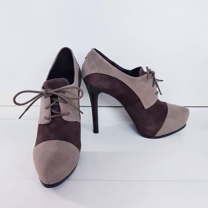 Zapatos tacon plataforma abotinados piel GUESS lateral